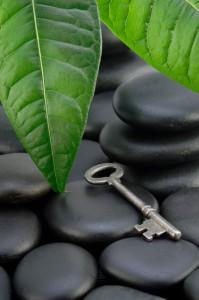 Schlüssel auf schwarzen Lavasteinen